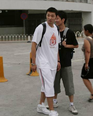 世锦赛图:中国男篮抵达北京 刘炜走出机场大厅