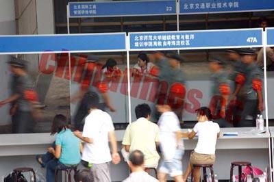民办高校扎堆北京西站抢生源 一名新生提成数千