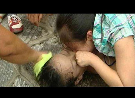 曹爱文给落水少女做人工呼吸
