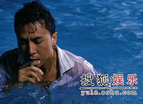 甄子丹泳池湿身写真 真男人性感坦荡荡(组图)