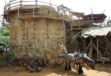 法国 26年打造中世纪城堡