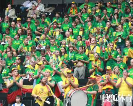 世锦赛图:西班牙VS立陶宛 立陶宛球迷场边助威