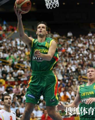 世锦赛图:西班牙VS立陶宛 卡尔内提斯上篮