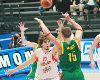 世锦赛图:西班牙VS立陶宛 亚夫托卡斯向内传球