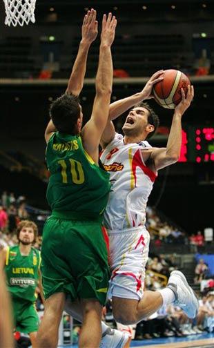 世锦赛图:西班牙VS立陶宛 卡尔德隆强行上篮