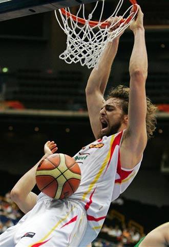 世锦赛图:西班牙VS立陶宛 加索尔双手扣篮