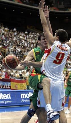 世锦赛图:西班牙VS立陶宛 拉夫里诺维奇传球