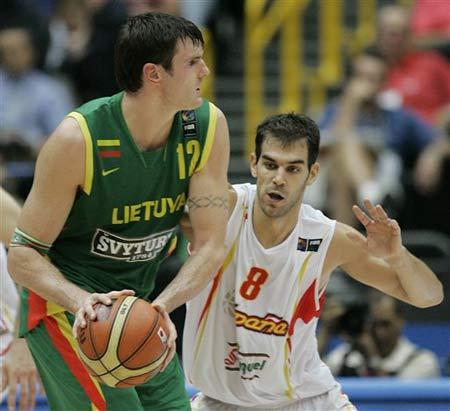 世锦赛图:西班牙大胜立陶宛 拉夫里诺维奇传球