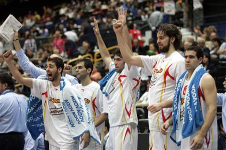 世锦赛图:西班牙大胜立陶宛 队员庆祝晋级四强