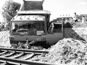 车冲排行_新疆大巴车冲下40米高山坡已14人遇难(图)
