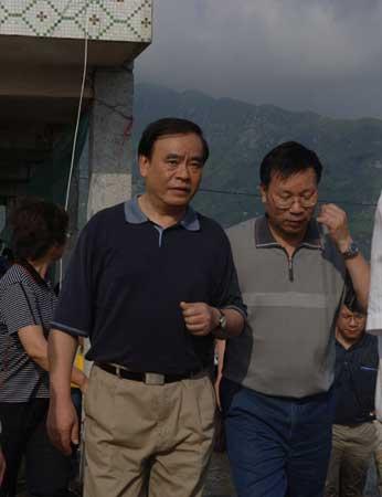 新华社记者台风现场采访手记:真相被撕开口子
