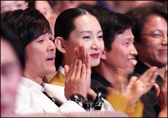独家组图:观众群中的崔秀中和蔡时罗