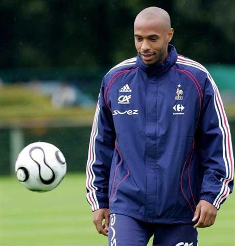 图文:法国备战欧洲杯预选赛 亨利与足球共舞