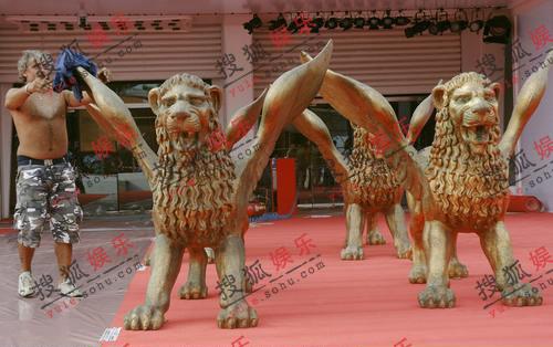 威尼斯电影节即将开幕 金狮雕像熠熠发光(图)