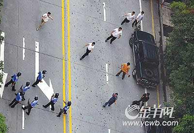 广州城管队员与小贩当街互殴 百余群众围观(图)