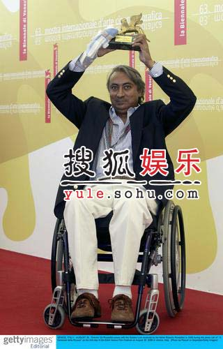 导演罗塞里尼坐轮椅亮相 捧父亲荣耀金狮奖杯