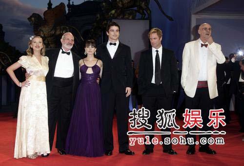 威尼斯电影节:开幕片《黑色大丽花》剧组亮相