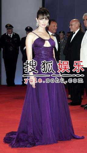 威尼斯电影节:女星米娅紫色拖地长裙优雅动人