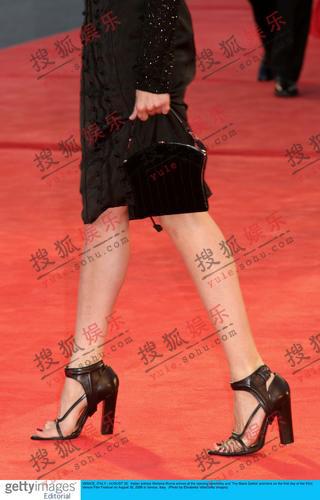 意大利女星史蒂芬妮雅-若卡黑裙简练迷人(图)