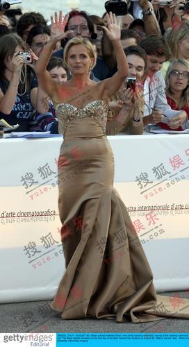 IsabellaFerrari金色耀眼 华丽裙装现曼妙身段