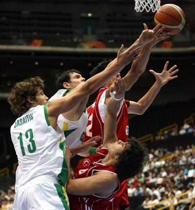 世锦赛图:立陶宛VS土耳其 土耳其球员以一敌二