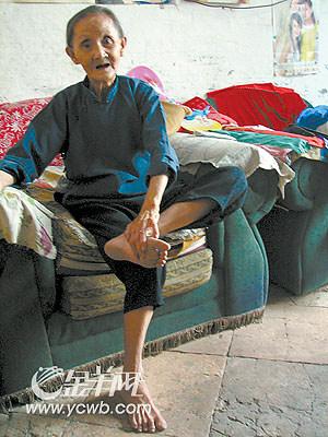 的幼女屄_赤脚走路穿街过巷70年 阿婆脚底板竟光滑无老茧(图)