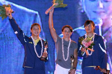 图文:青帆赛闭幕式晚会举行 运动员在晚会上