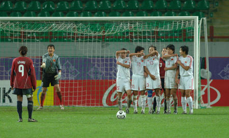 图文:女足世青赛中国进决赛 人墙防守任意球