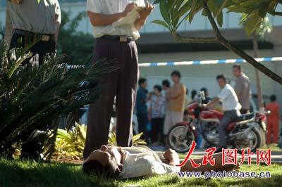 下体裸图片_仰躺在地的该男子身份不详,不见鞋袜,下身全裸,双手交叉放在阴部,上衣