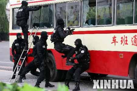 """北京特警举行实战特技演习 重演""""大巴劫持案"""""""