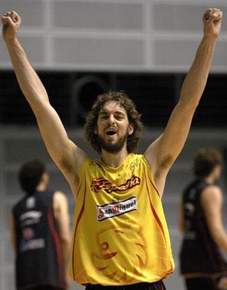 世锦赛图:西班牙备战半决赛 加索尔举起双臂