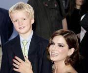 布洛克抱着导演的儿子