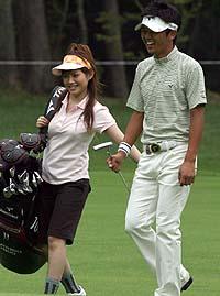 高尔夫华丽攻势 日本歌手安倍夏美展惊喜(图)