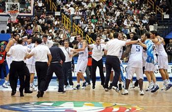 世锦赛图:美国队不敌希腊队 希腊队庆祝胜利