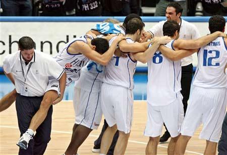 世锦赛图:美国队不敌希腊队 希腊队员喜作一团