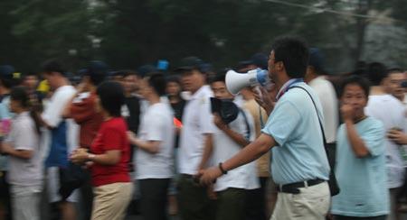 图文:中国女垒VS美国 志愿者维持球迷入场秩序