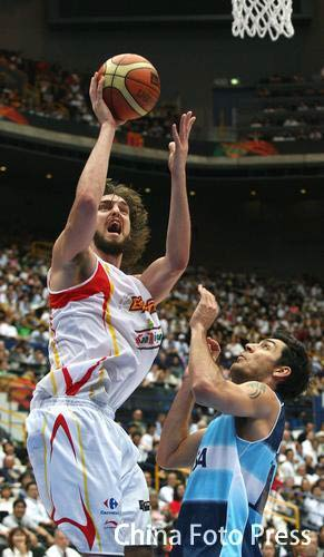 世锦赛图:西班牙VS阿根廷 加索尔突入篮下得分