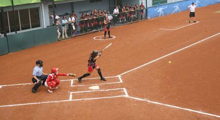 图文:女垒世锦赛朝鲜VS新西兰 新西兰队员击球