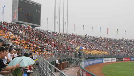 图文:女垒世锦赛中国VS加拿大 现场观众爆满