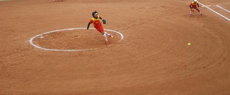 图文:女垒世锦赛中国VS加拿大 中国队队员投球