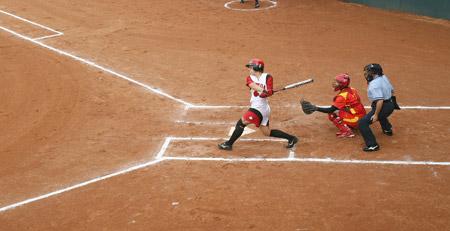 图文:女垒世锦赛中国VS加拿大 加拿大队员击球