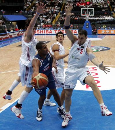 图文:世锦赛土耳其VS法国 法国高中锋迪奥上篮