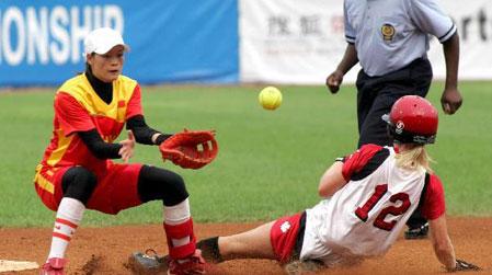 图文:女垒世锦赛中国VS加拿大 双方奋力拼搏