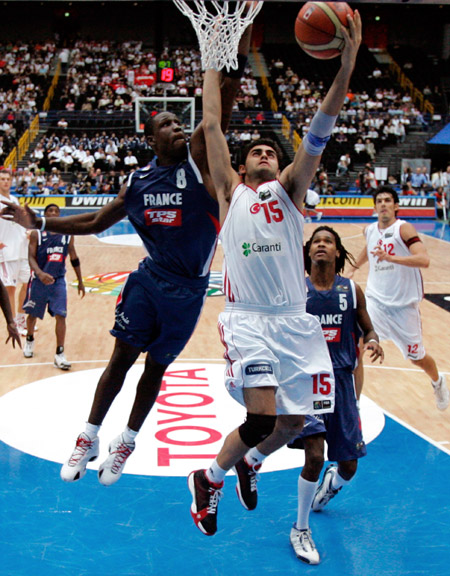 图文:世锦赛土耳其VS法国 土耳其队员突破上篮