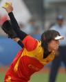 图文:中国女垒击败加拿大队 吕伟在比赛中投球
