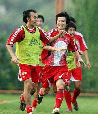 图文:国足备战亚洲杯预选赛 陶伟与肇俊哲