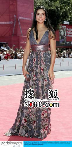 特琳娜-桑迪诺-莫雷诺印花长裙 演绎热带风情