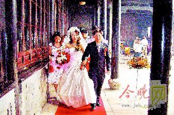 """天,一对新人在广东会馆举行一场""""古文化婚礼"""",百年老建筑见证"""