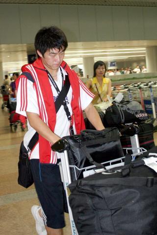 图文:国足抵达北京国际机场 崔鹏很低调