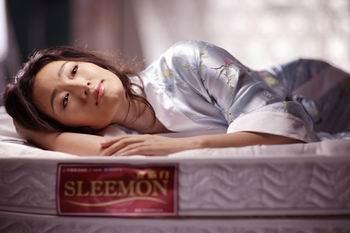 巩俐代言床垫品牌拍广告 玉腿横陈摆造型(图)